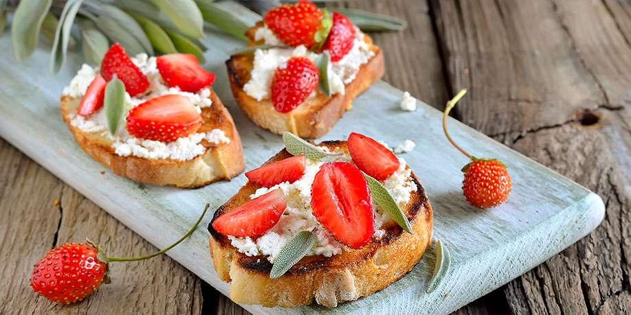 Crostini with Strawberries, Cinnamon and Basil